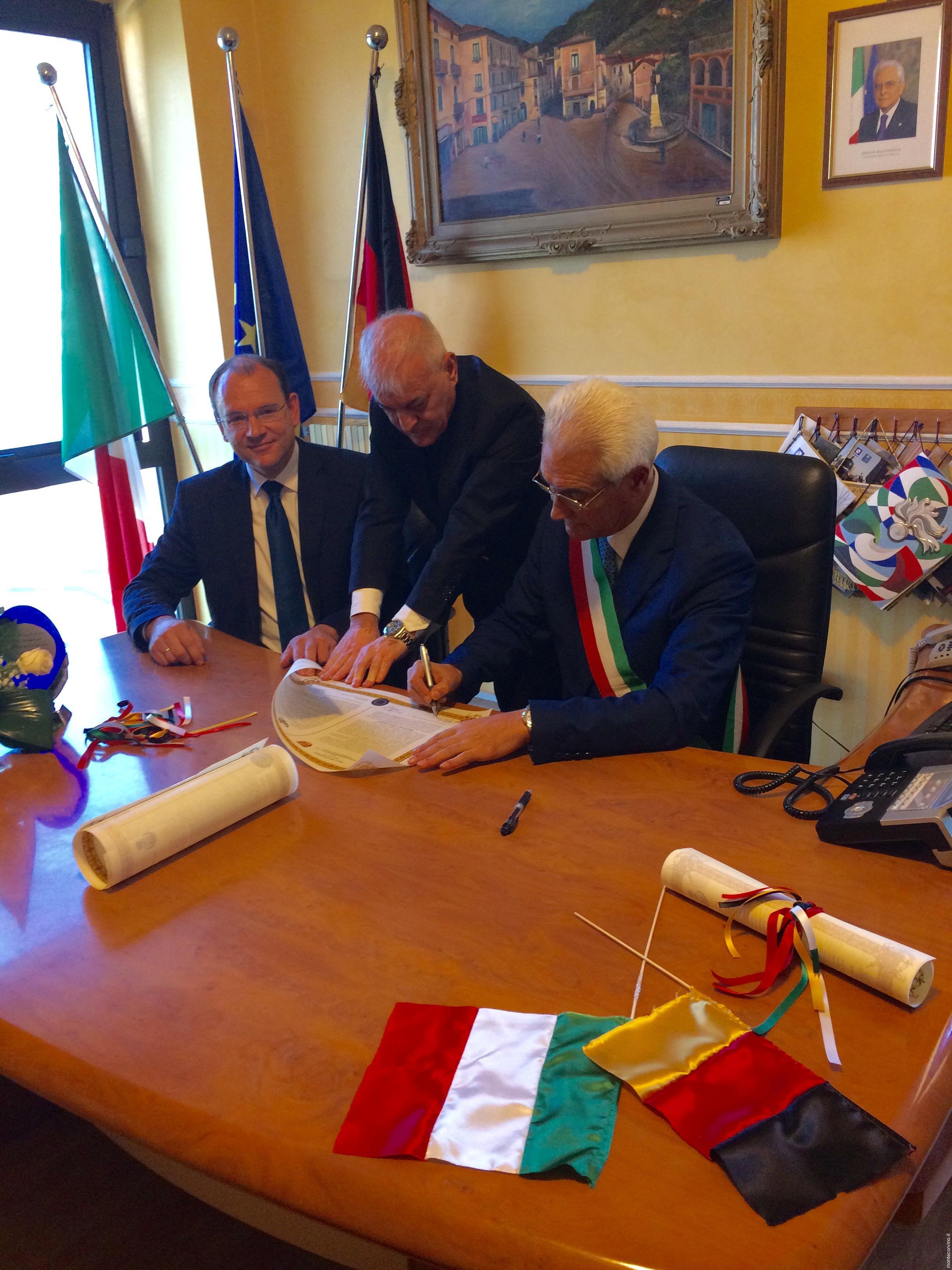 Sindaco di Rovella, Egidio Rossomando e sindaco di Seesem mentre sottoscrivono e rinnovano di patto di gemellaggio